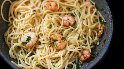 2 patiekalai su krevetėmis: jomis gardinti spagečiai ir greita mišrainė