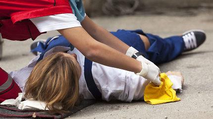 Mitai ir faktai apie pirmąją pagalbą. Kaip padėti žmogui užspringus ar sustojus širdžiai?