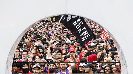 """""""Raptors"""" pergalės parade kilo panika – Toronte aidėjo šūviai, yra sužeistų"""