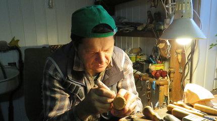 Medžio drožėjas Raimundas Blažaitis savo kūrinius paskleidė po visą pasaulį
