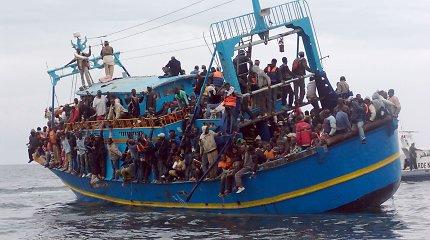 """""""NY Times"""": Britų ir prancūzų ginčas – kas priims Lamanšo sąsiaurį užplūdusius migrantus?"""