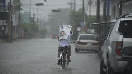 Meksikoje siaučianti Willa susilpnėjo iki atogrąžų audros, bet liūtys tęsis