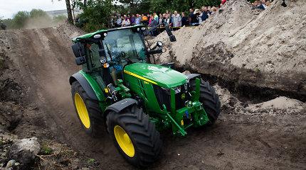 Grupei jaunuolių nuvaryti traktorių sutrukdė pasirodęs šeimininkas