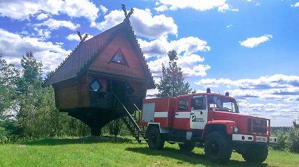 Unikali ugniagesių darbo vieta Lietuvoje: lyg raganiai įsikūrę namelyje ant vištos kojelės