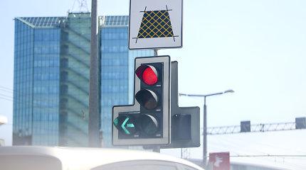 Vairuotojai susipainiojo: ar, pasikeitus taisyklėms, į kairę galima sukti nedegant papildomai sekcijai?
