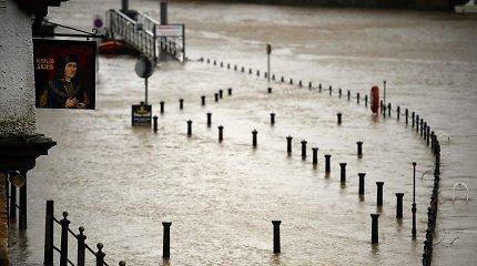 JK tęsiantis audrai, paskelbti griežti perspėjimai dėl potvynių