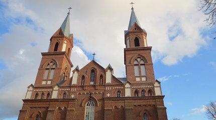 Atgimė miestelio pavadinimą primenantys Ylakių bažnyčios bokštai
