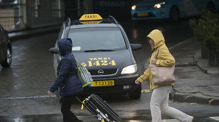 Pasipiktino taksi vairuotojų neatsakingumu: į patikros punktą vežė be kaukių ir apsauginių plėvelių