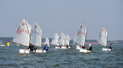"""Nidoje startavo """"Optimist"""" klasės buriavimo regata: 15 m/s vėjas neša link kelialapių į Europos čempionatą"""