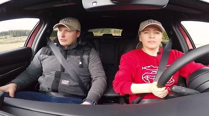 """""""Moterų ralis"""" – apie taisyklingą sėdėjimą prie vairo: kojos, rankos, galva ir kitos kūno dalys"""