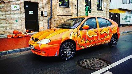 """Helovino tiuningas: """"Renault Megane"""" pavertė dideliu moliūgu"""