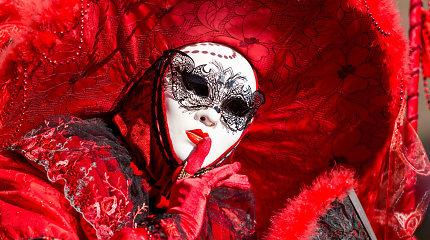 Karnavalai Italijoje: damos, velniai, politikai ir net apelsinų mūšis