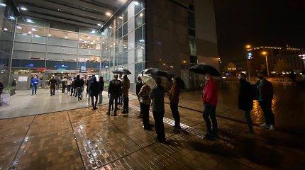 Paskutinę išankstinio balsavimo valandą Vilniuje – milžiniškos eilės, VRK patikino, kad balsuoti leis