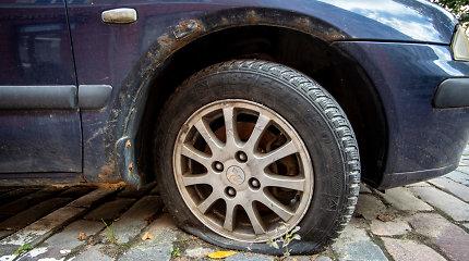 Vaiduokliais tapę automobiliai ne tik užima vietą kiemuose, bet ir teršia aplinką