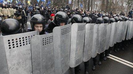 """""""Berkut"""" sadizmas tęsiasi: Kijeve spardomi ir išrenginėjami beginkliai žmonės"""