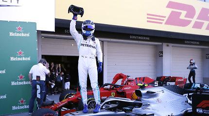 """Formulė 1"" Japonijoje: V.Botto pergalė ir istorinis ""Mercedes"" triumfas"