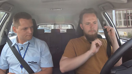 """Mirk iš juoko: humoristas Mantas Bartuševičius laikė vairavimo egzaminą """"Regitroje"""""""