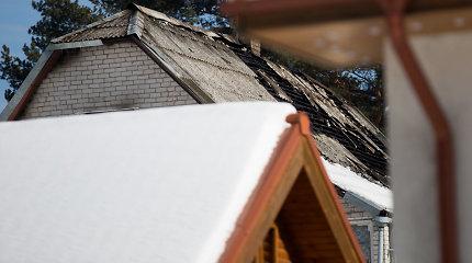 Sandėliuke prie sudegusio namo gyvenanti senolė 1,5 km brido per pusnis ieškoti pagalbos: stabdė mašinas Ukmergės plente