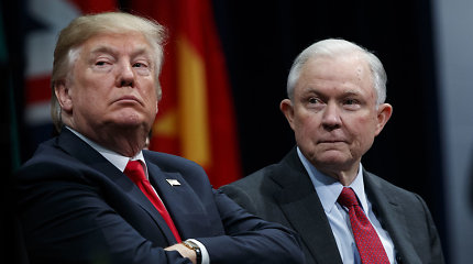 D.Trumpas ragino JAV generalinį prokurorą J.Sessionsą nenusišalinti nuo tyrimo dėl jo kampanijos ryšių su Rusija
