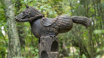 Juodkrantės Raganų kalno medžio skulptūros ruošiamos šaltajam sezonui