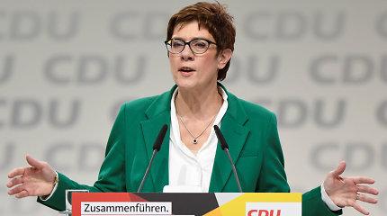 A.Merkel pasirinkta politinė įpėdinė sako iki 2021-ųjų aukščiausio posto nesieksianti