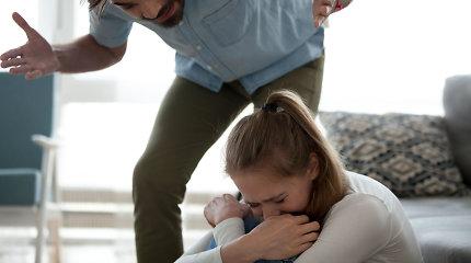 Telšiuose žmonai peiliu grasinęs vyras sužalojo ją ginti stojusią moterį