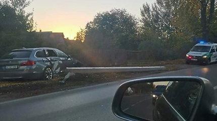 Naktį Kaune BMW rėžėsi į stulpus bei tvorą, vairuotojo dar ieško policija