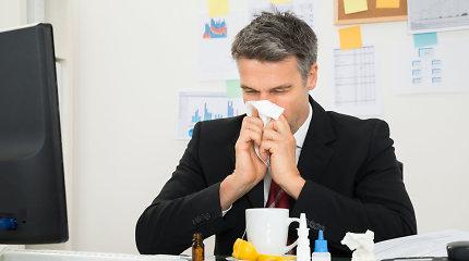 Gydytoja išvardijo pavojus, kurie peršalimo simptomus jaučiančio žmogaus laukia biure