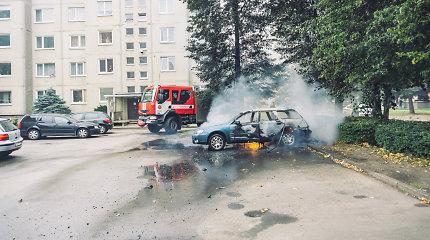 """Daugiabučio kieme Kaune sudegė """"Subaru"""": gyventojai prieš tai išgirdo du sprogimus"""