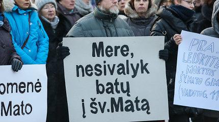 Kauno tarybos posėdyje – aršios diskusijos dėl Šv. Mato gimnazijos likimo: sulaukta dviejų protestų