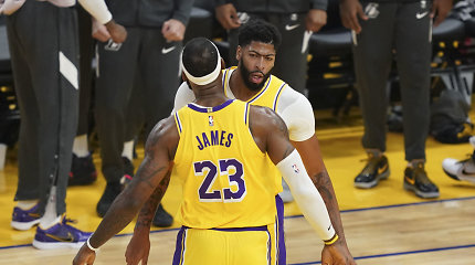 """""""Lakers"""" aprangą pasimatavęs A.Davisas – lyderis rungtynėse su """"Warriors"""""""