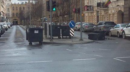 """Atliekų konteineriai šalia Lukiškių a. keičia stovėjimo vietą – """"išvažiuoja"""" į gatvę"""