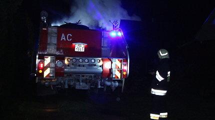 Zarasų rajone peiliu subadyta moteris, padegtas jos namas: teisme – nužudytosios draugas