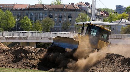 Pievoje šalia Baltojo tilto darbo ėmėsi traktoriai