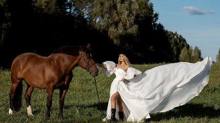 Plaukų stilistė ir koloristė Inga Bagdonaitė su vestuvine suknele