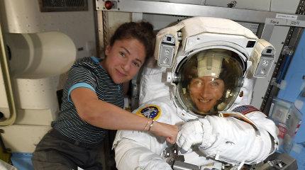 Pirmą kartą istorijoje moterų astronaučių komanda išėjo į atvirą kosmosą