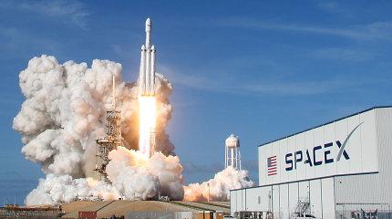 """Į kosmosą savo automobilį išskraidinusi """"Tesla"""" siekia raminti investuotojus Žemėje"""