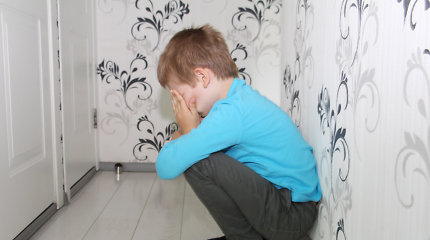Psichologė pasakoja, kas vyksta vaiko pasaulyje matant mušamą mamą ar tėtį