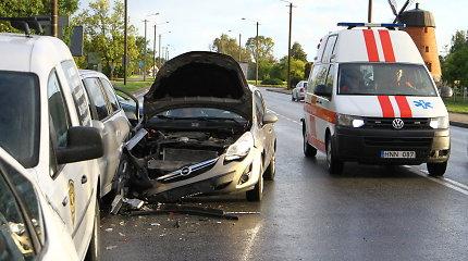 Penktadienį Panevėžyje pasipylė avarijos: dužo automobiliai, virto alų vežęs vilkikas