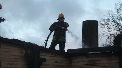 Ugniagesiai vieną po kito gesina gaisrus, kurių galima išvengti: tereikia išvalyti kaminą