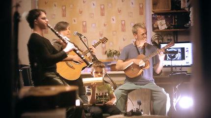 """J.Ritčik ir L.Staniulionis įrašė karantininę """"Ryto lietuje"""" versiją: gyvai muzikavo su sūnumis"""