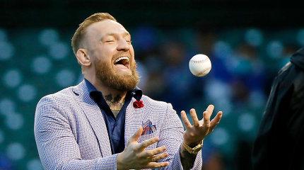 Beisbolo pasaulis plyšta juokais: metimą atlikęs C.McGregoras sviedė į tribūnas