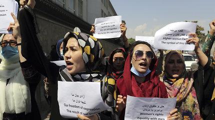 """Talibanas: mergaitės sugrįš į mokyklas """"kai tik bus galima"""""""