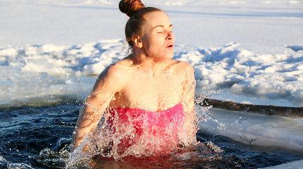Ledo žmogumi vadinamo Wimo Hofo metodikos instruktoriai įspėja, kuo gali baigtis žiemos maudynės