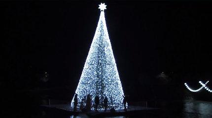Anykščiai stebina originalumu: Kalėdų eglę įžiebė ant vandens