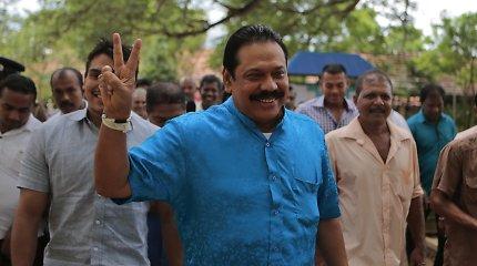 Šri Lankoje didėjant politinei krizei M.Rajapaksos šalininkai renkasi į mitingą