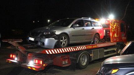 """Panevėžyje girta """"Honda"""" vairuotoja žiedinėje sankryžoje išvartė kelio ženklus ir spruko"""