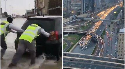 Dubajų sukaustė liūtys – keliai nepravažiuojami, gyventojai įspėjami saugotis stipraus vėjo