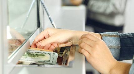 Bankai atsisako valiutų keitimo grynaisiais paslaugos, bet populiarėja savitarnos keityklos