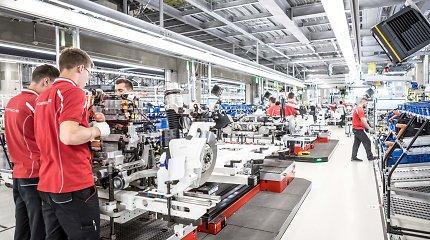 """""""Porsche"""" paviešino vaizdo įrašą, kaip gaminamas """"Taycan"""": žada ir pigesnę elektromobilio versiją"""